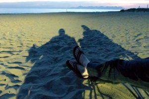 """""""Manchmal verraten Schatten im Sand mehr über das schöne Leben"""" sagt Werner."""