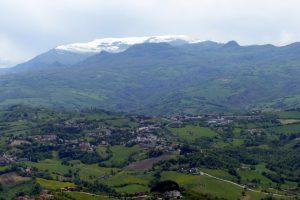 Blick auf die schneebedeckten Berge