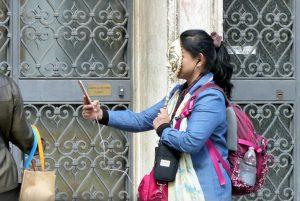 Selfie mit Deppenzepter und Maske