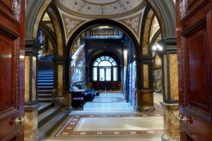 Ein Treppenhaus im Rathaus von Glasgow
